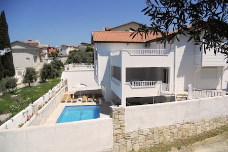 6 Bedroom, Detached Villa w/Private