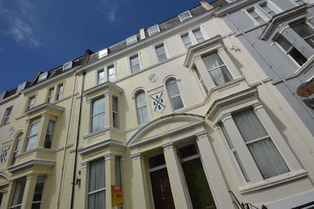 G&Ts Top Floor Apartment on the Hoe - Plymouth - Townhouse
