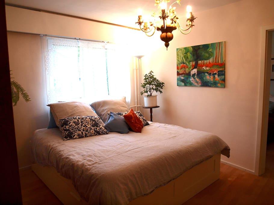 second bedroom with nice art - zweites Schlafzimmer mit tollem Bild