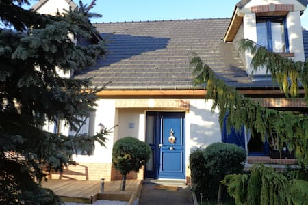 VIMY RIDGE BLUE COTTAGE-EURO 2016 - Casa