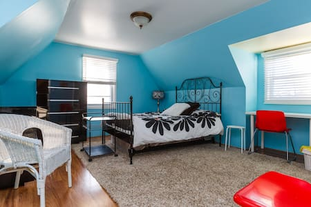 Spacious room,  4 miles from NYC - Casa