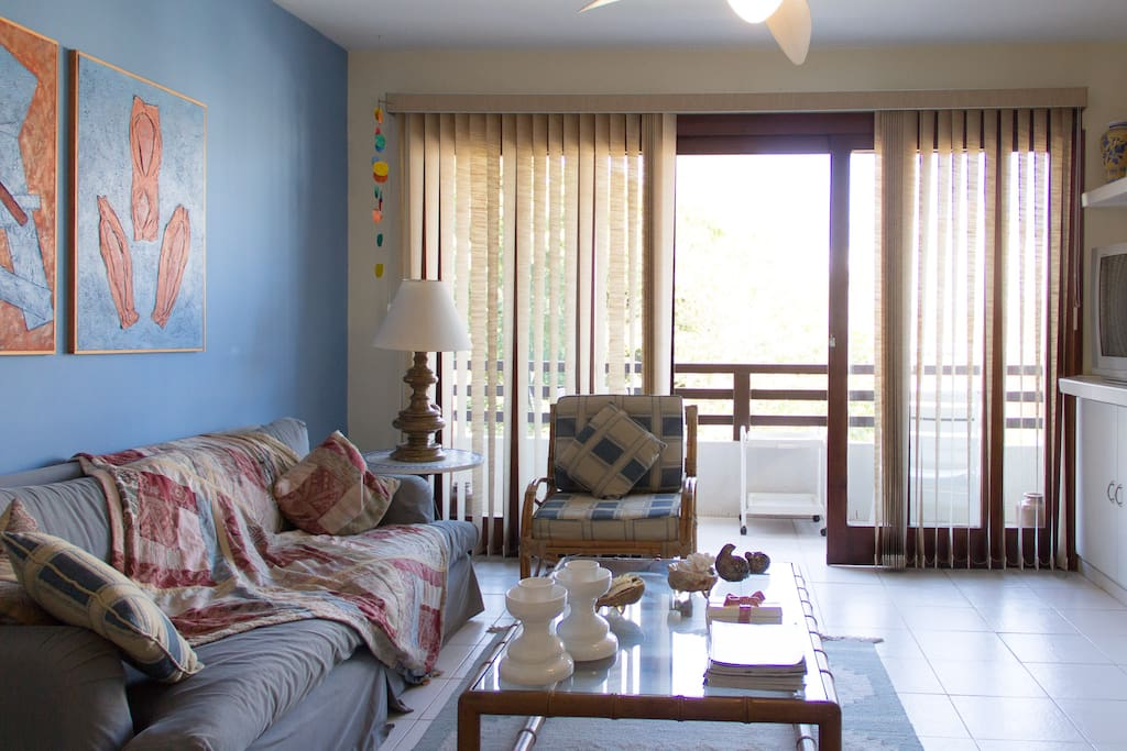 Sala e terraço no piso superior do apartamento duplex.