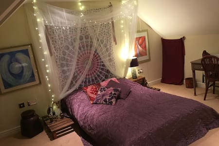Meditative attic room + en-suite! - House