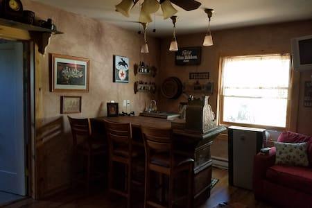 Robin's Nest Cabin & Saloon - Sommerhus/hytte