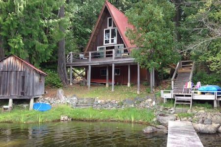 South Shawnigan Lake a-frame cottage - Hytte