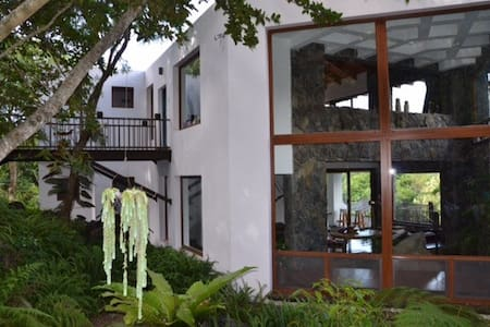 Beautiful 4BR Lakefront Paradise - House