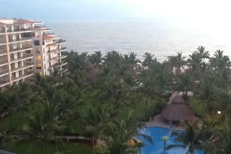 Luxury Beach-Front Penthouse Condo - Selveierleilighet