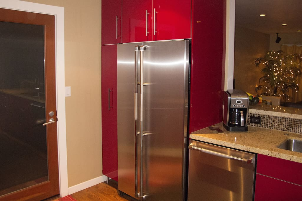 Stainless steel appliances, fully stocked kitchen, plenty of counter space to entertain in style.