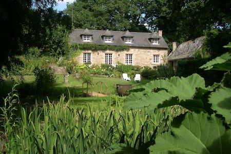 gite de charme MoulinGlas dans un jardin insolite - Rumah