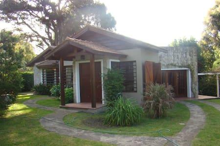 Casa con pileta y amplio parque - Ev