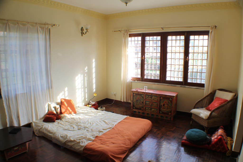 La chambre des maîtres avec salle de bain privée / Masters' bedroom with attached bathroom