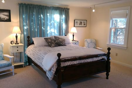 Bright suite with private entrance - Chatham - Casa