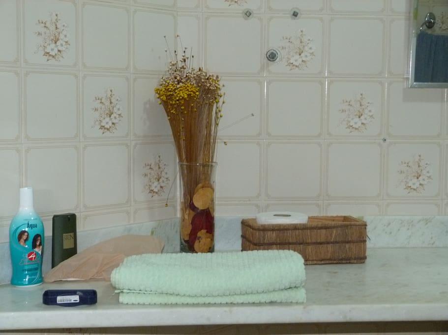 Banheiro epaçoso e claro.