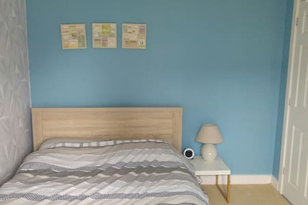 Private double room and bathroom. - Swindon - Rumah