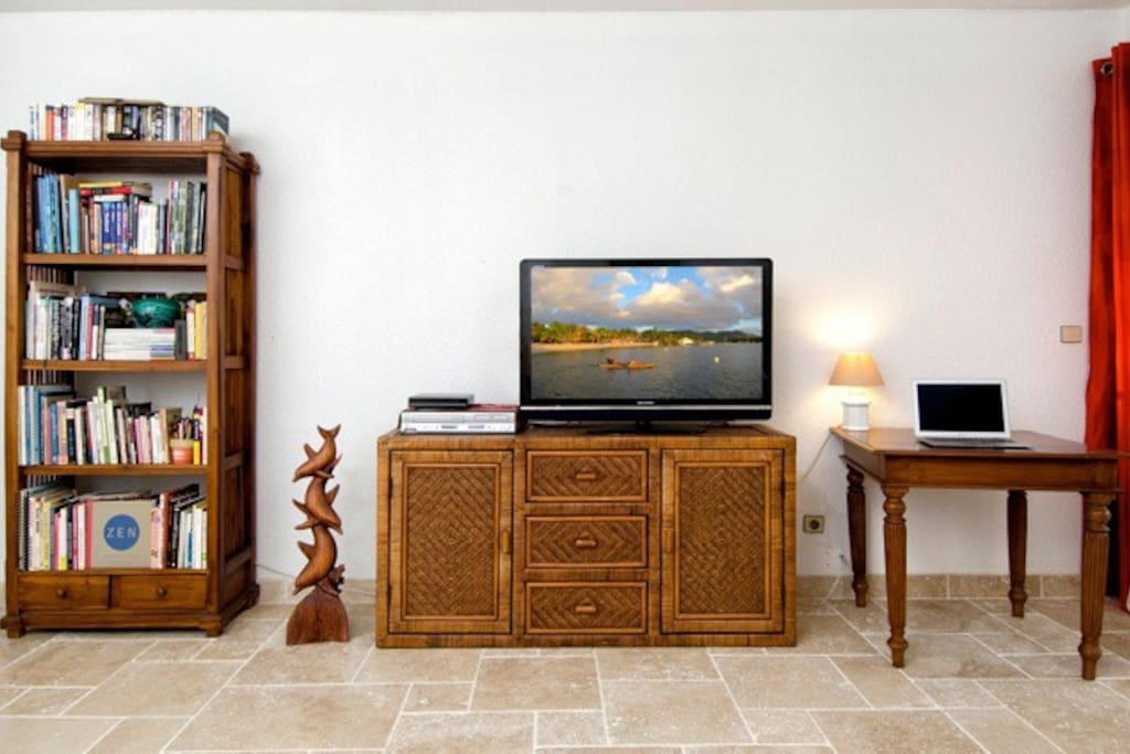 Travertine tiles main room, flat screen TV with local channels and free dvds.