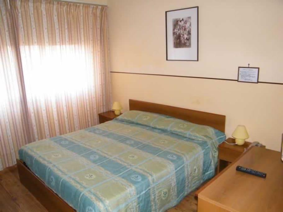camera da letto ad uso matrimoniale o singolo con bagno privato