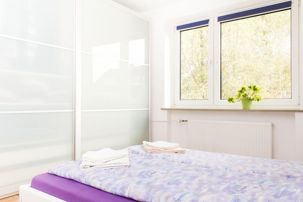 Während der warmen Jahreszeiten hat man vom Bett aus einen Blick ins Grüne