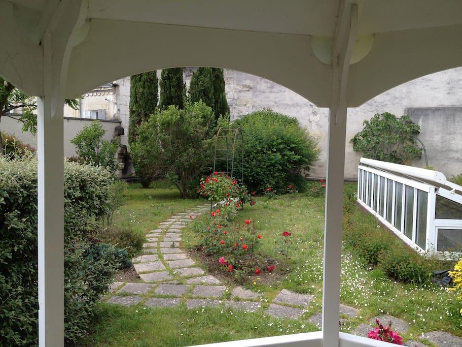 Superbe jardin avec petit abri d'ombre pour prendre le thé le déjeuner ou se rafraichir au vert en plein  centre ville en toute tranquilité