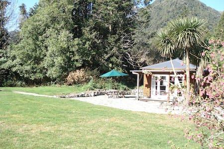 Lake Poerua Farm Cottage - Inchbonnie - Sommerhus/hytte
