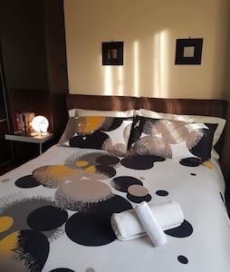 Confortevole camera moderna con cielo stellato - Messina
