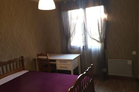 chambre meublée maison en banlieue 3 nuits minimun - Hus