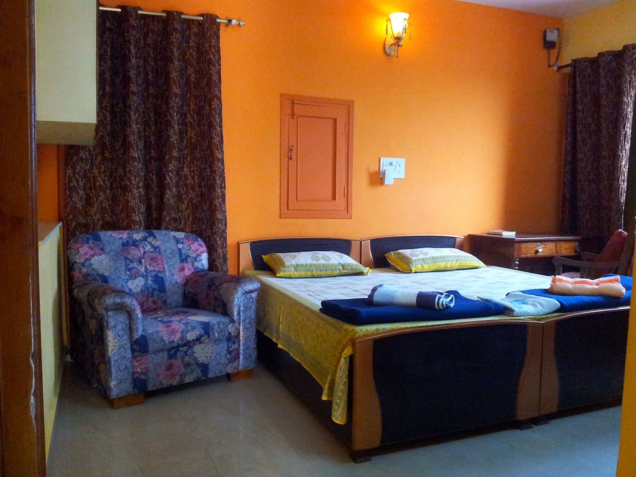 The double room is air-conditioned and comes with cable TV . Very comfortable and clean .