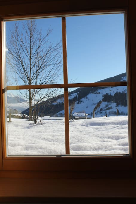 Blick aus dem Wohnzimmerfenster auf die verschneite Planai/ The sight from the living room window in winter