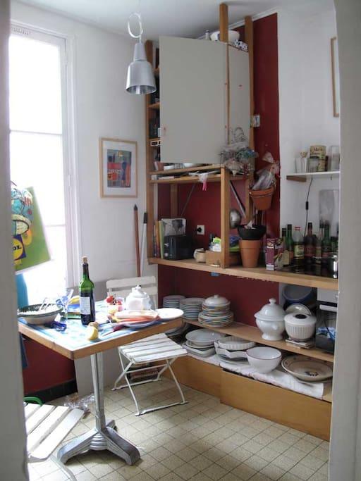 Entering the appartment, on left the kitchen, in front, your room, En entrant, à gauche la cuisine, en face votre chambre, à droite le salon