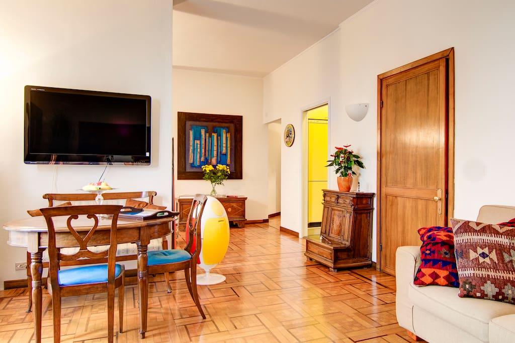 The living room with sofa, mirror and desk В гостиной есть диван, зеркало и стол