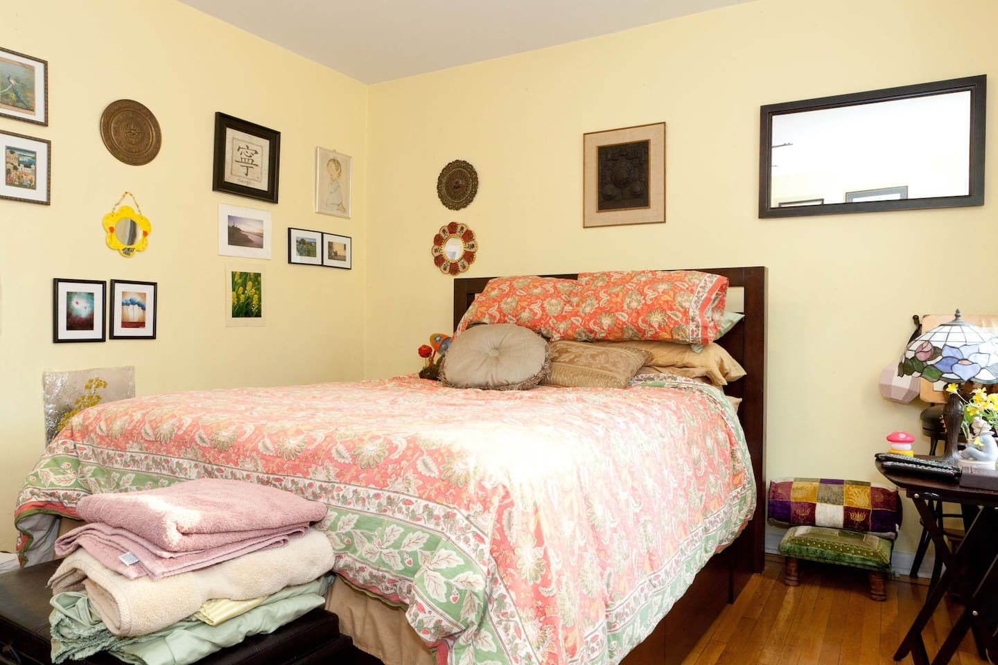 Super comfortable Queen Size bed with  very soft clean linens and pillows.