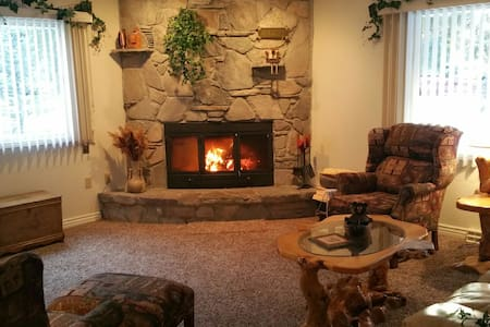 Gorgeous 3 Bdrm home just outside West Yellowstone - House