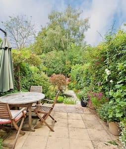 Charming Victorian Terraced House - Weybridge - House