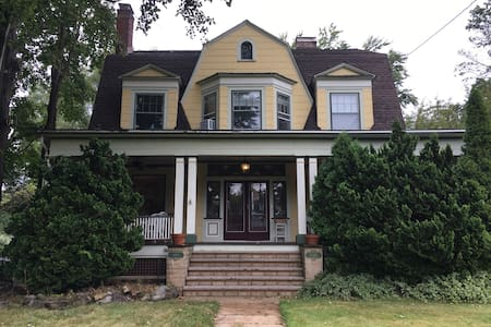 Historic Home 1 Mile from NYC Train - Huis