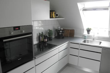 Lovely room in central apartment - Aalborg - Apartment