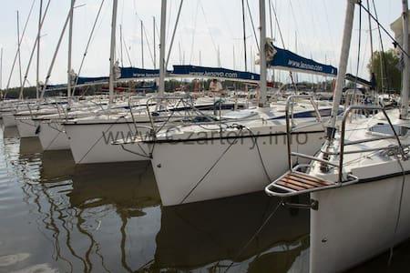 Sailing yacht in city center - Giżycko - Båt