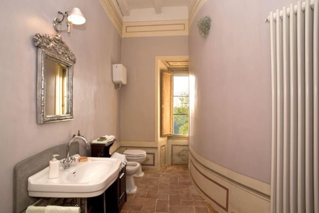 The ensuite bathroom (wisteria)