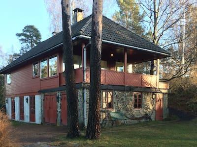Hus m/sjøutsikt og hage nær Oslo - Rumah