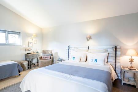 Bedroom Saintes Town Center - Saintes - Bed & Breakfast