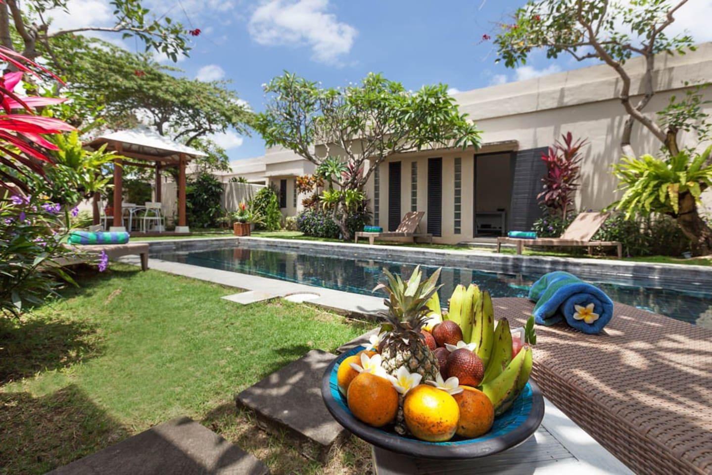 enjoy your pool time with munching fresh fruits, yum yum!!