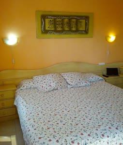Dormitorio baño en suite y desayuno - Apartment