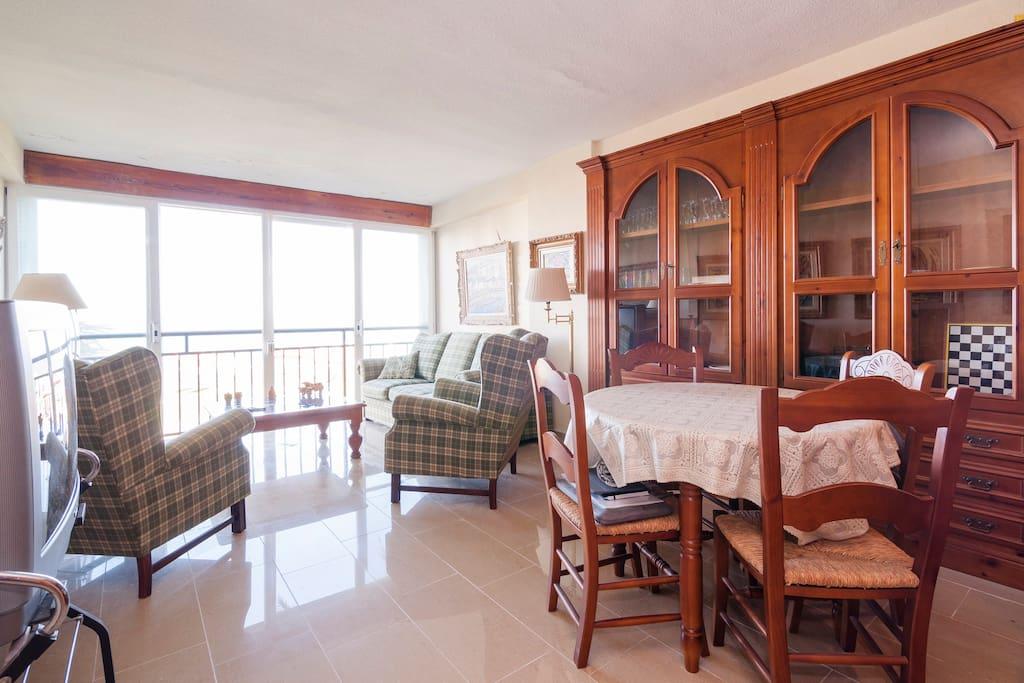 Salón con vistas al mar y sofá cama para dos personas