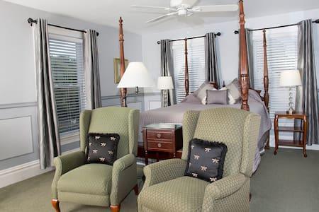 Glynn House:Coolidge Deluxe Bedroom - Bed & Breakfast