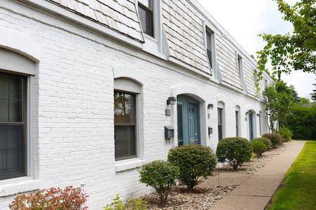 Cozy townhome between airport & downtown - Pittsburgh - Huis