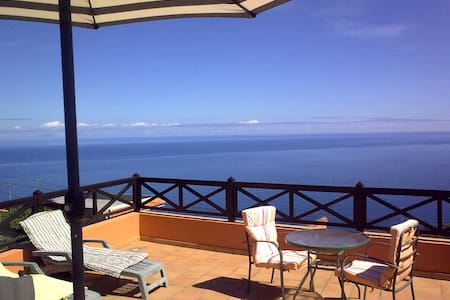 House with views to the sea. Equiped kitchen, bathroom, a bedroom with double or separate beds, parking, wifi, bbq and jacuzzi (not private or exclusive) in the garden. At just 5km from beach and 10 min of the Forest crown for trekking routes.