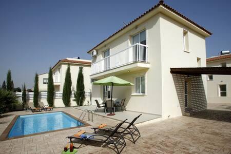 Dahlia, 3 bedroom, WiFi, Pool - Villa