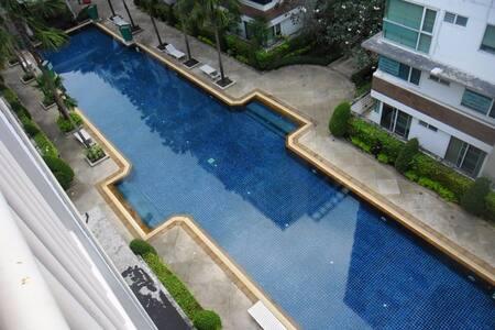 Luxurious Studio overlooking pool!
