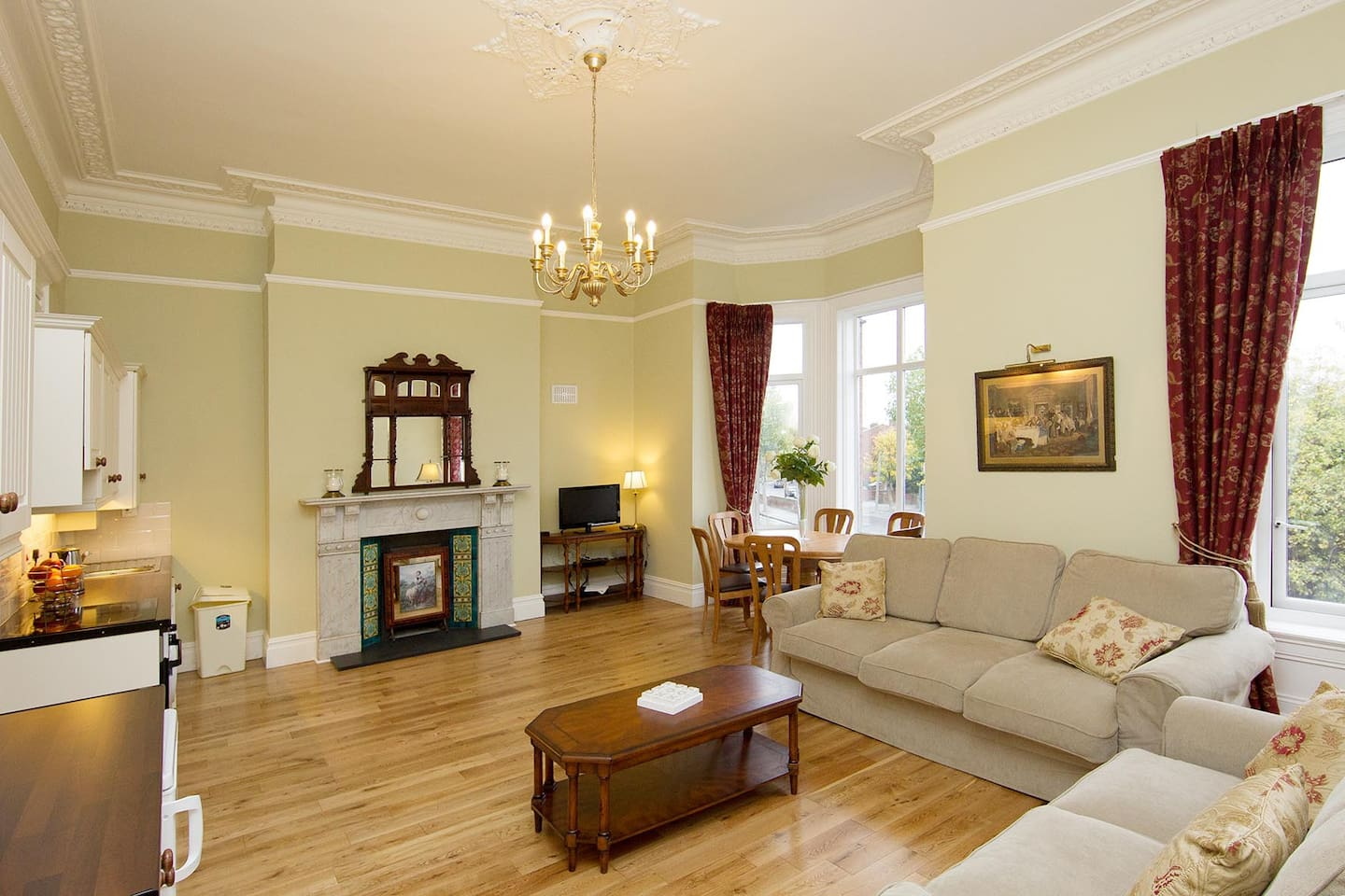 Spacious living area with 2 sofas, dining area for 6 people, kitchen, fireplace and beautiful bay window