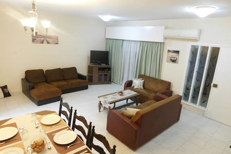 Spacious Apartment With Garden 400m from Beach. - Lakás