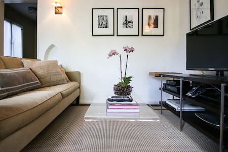 Beautiful unit with large terrace underneath the famous Hollywood sign in Beachwood Canyon. Quiet, reclusive with lush vegetation yet close to downtown Hollywood this is the perfect retreat featuring a private deck with outdoor dining set.