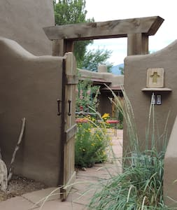 Traditional Adobe Casita - Ranchos de Taos - Haus